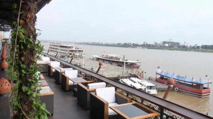 restaurant terrasse sur le Tonlé Sap à Phnom -Penh poivre & Ko la boutique officielle du poivre de Kampot
